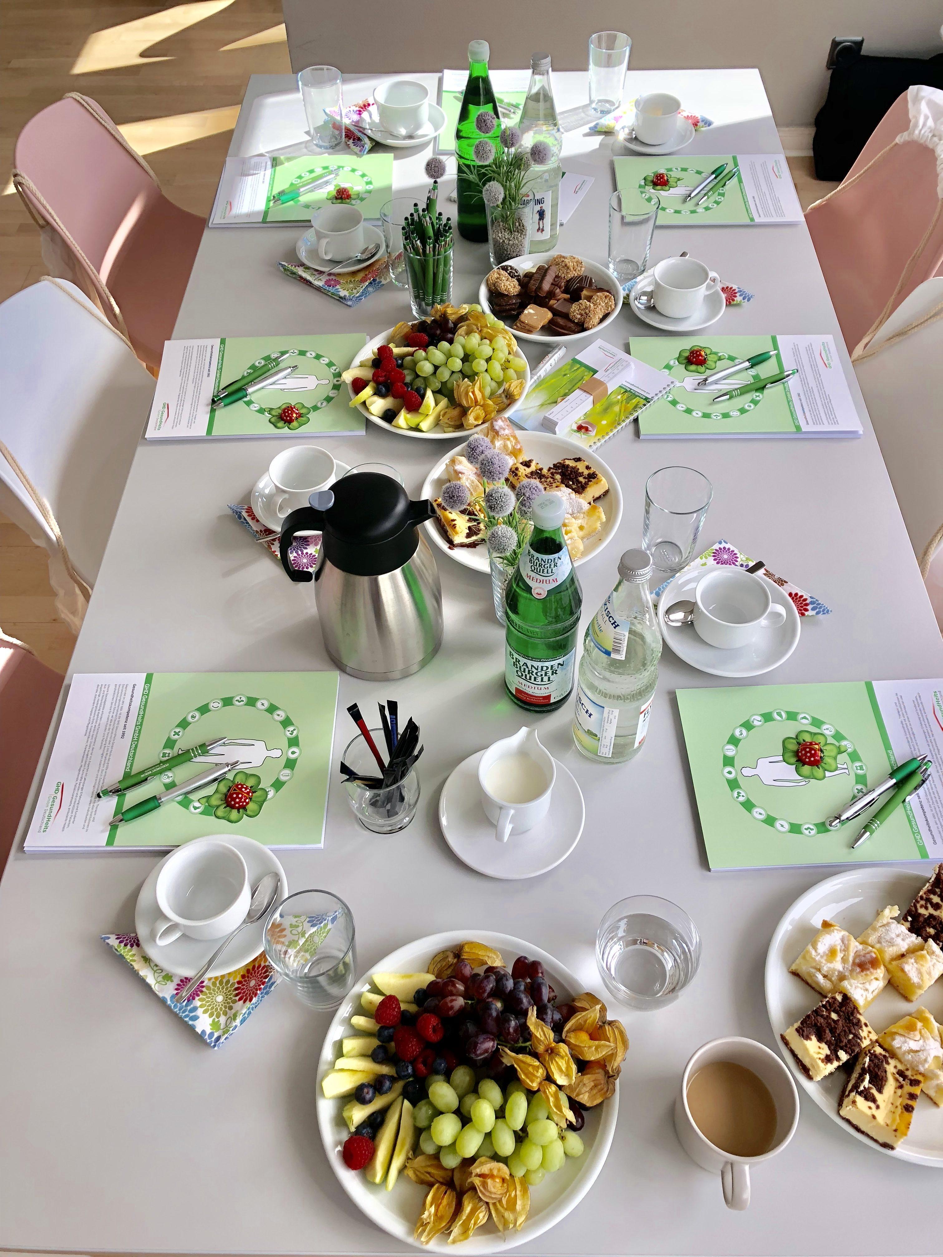 Eingedeckter Tisch der Schulung